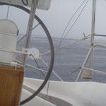 L'averse aplatit complètement les vagues.