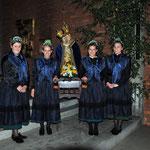 für die Prozession tragen die jungen Frauen als Trägerinnen der Mutter Gottes Statue eine spezieller Tracht