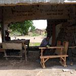 Les tables-bancs réalisées par le menuisier local