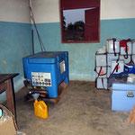 Ce frigo au fond à gauche permet de conserver les vaccins au frais. D'autres dispensaires vont les chercher dans les villages voisins lorsqu'ils n'en bénéficient pas. Ils fonctionnent souvent au gaz.