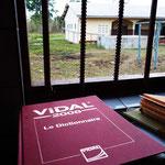 Nous avons donné des Vidal, sortes de dictionnaires de médicaments, à la plupart des dispensaires en recueillant en France d'anciennes éditions.