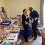 Francis, médecin de l'hôpital de Notsé en formation en France, émerveillé par tous ces ouvrages !