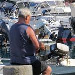 Fischer wartet seine Bojen