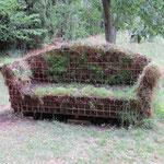 Ein Sofa im Grünen