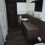 Blick auf den Waschtisch, links der Eingang in die Dusche