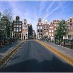 Typische Häuserzeile in Amsterdam