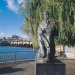 Smetana-Denkmal an der Moldau in Prag