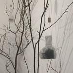 Flores do chá - Instalação com ramos de árvores, taças cerâmicas e sacos do chá em forma de mulher - medida variável - 2015