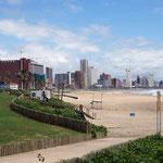 Blick vom Strand auf das moderne Durban