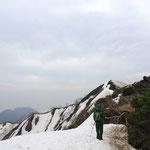 まだまだ残雪が残る頂上付近。