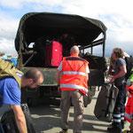 das Gepäck wird auf den Armytruck geladen, wir setzten uns dazwischen
