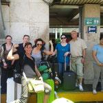 Anreise: das Team am Flughafen
