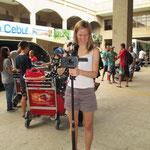 Heike Schröder, Reporterin des Saarländischen Rundfunks begrüßt uns am Flughafen von Cebu City