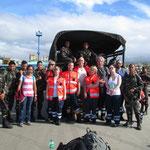 das Team wird vom bewaffneten Militär am Hafen von Ormoc abgeholt