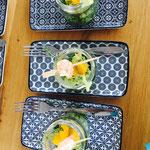 <html> Brauwerk Blumenkind zu Orangen Avocado Salat mit gebratenen Shrimps <br> © Alexandra Jarolim </br></html>