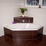 Badezimmer mit weißen und braunen Fliesen