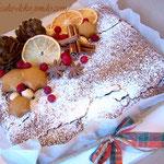 Шоколадный брауни, украшенный пряничными шишками, засахаренными лимонными дольками и клюквой.