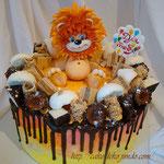 Торт с мастичной фигуркой львенка.