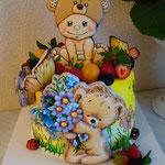 торт с пряничными украшениями.