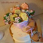 """торт с """"корзинкой"""" пряничных цветов."""