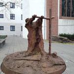 Dieses moderne Denkmal zeigt den Buchdrucker in Aktion