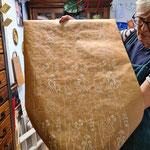 und mit Tapetenwalzen bedrucktes Geschenkpapier