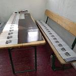 die Transparent- und gestrichenen Papiere einzeln zum Trocknen ausgebreitet