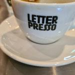 mit einem Kaffee zur Begrüßung.