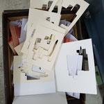 die Formen werden aus dem Karton gebrochen