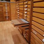 Aus drei versetzt geöffneten Steckschriftkästen lässt sich eine Sitzfläche bauen