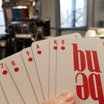Stolz halte ich die ersten Karten in der Hand
