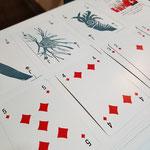 sowie ein eigens produziertes Fischkartenspiel