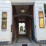 Das ›Kunstpalais‹ am Eingang der Potsdamer Straße 98 ...