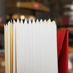 Hier sieht man, wie das Papier durch das Falzen Lage für Lage austreibt