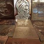 Auf den Druckplatten ein Portrait von Gutenberg,