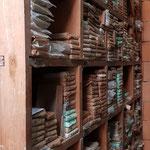 Regale voller original verpackter Schriftpakete