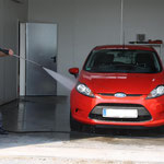 Ford Fiesta während der Hochdruckreinigung
