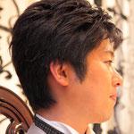 新郎がまじめに聴いています。彼もギターで昔発表会にでてもらいました。