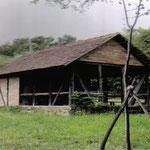 Blagoslovska kapela Smrekavac, Tipična pastirska koliba, sprijeda osmatračnica, pozadi prenoćište