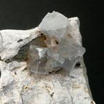 Fluorite (KL ca. 0.5 cm) auf typischen Dolomitgestein, Panixerpass
