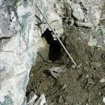 senkrechte Zerrkluft im Drun Tobel, Sedrun, GR