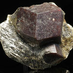 Aus Glimmerschiefer herauspräparierter Granat