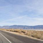 Lange Anfahrt nach Lone Pine im Owens Valley, CA