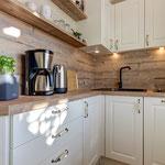 Küche mit Spülmaschine, Backofen und Gefrierfach