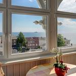 sonniger Balkon mit traumhaftem Meerblick