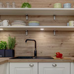 Separate Küche mit Induktionsfeld, Spülmaschine und Gefrierfach