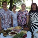 Радюковский сельский Совет. Библиотекари Валентина Абрамова (вторая справа) и Инна Судник (первая слева)