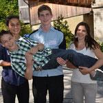 Zufriedene Athleten: Silas mit Celine Albisser (Leichtathletik), Joel König (Badminton), Noemi Langenkamp (Sportklettern)