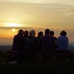 Meine Familie und ich beim genießen des Sonnenuntergangs auf dem Simmelsberg