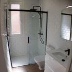 baño con mampara y accesorios en color negro